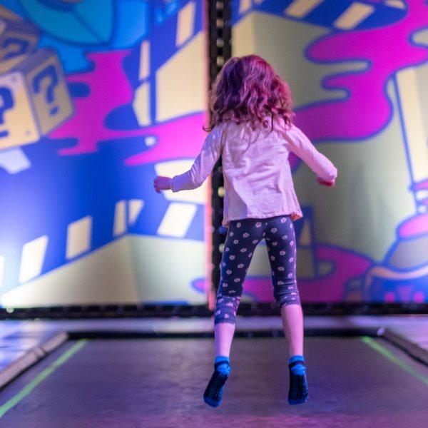 Meisje springt op trampoline
