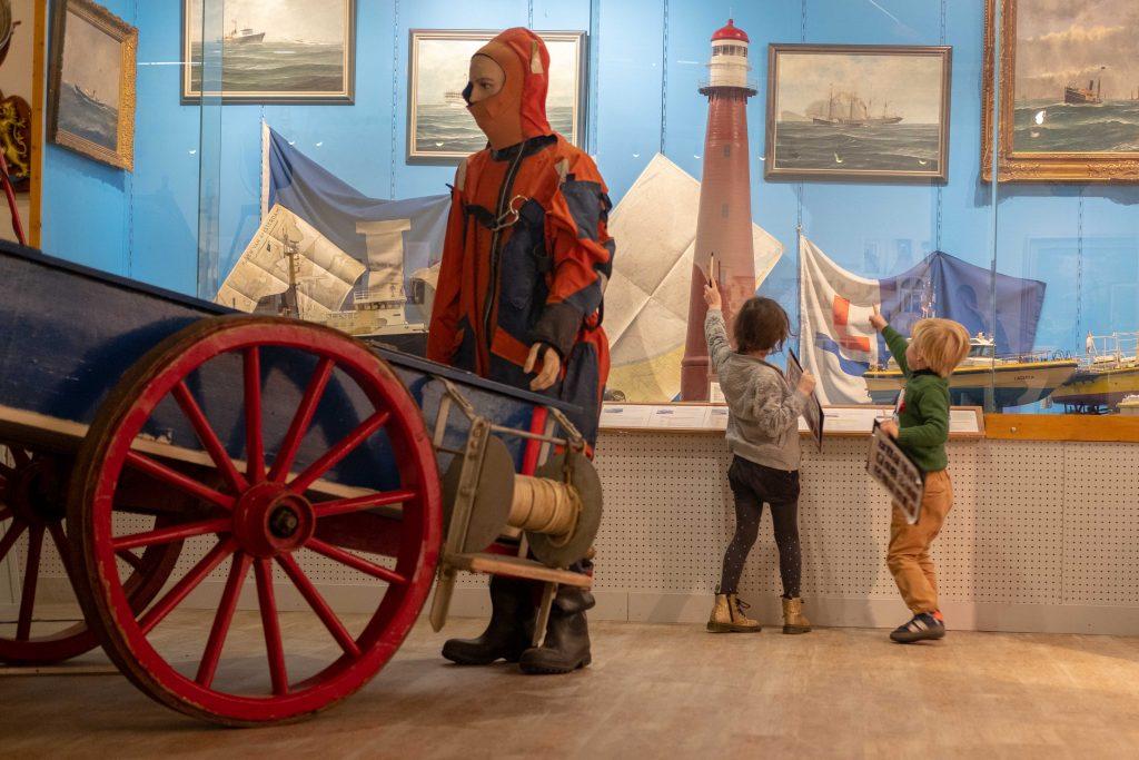 Kinderen doen speurtocht Zee en Havenmuseum IJmuiden