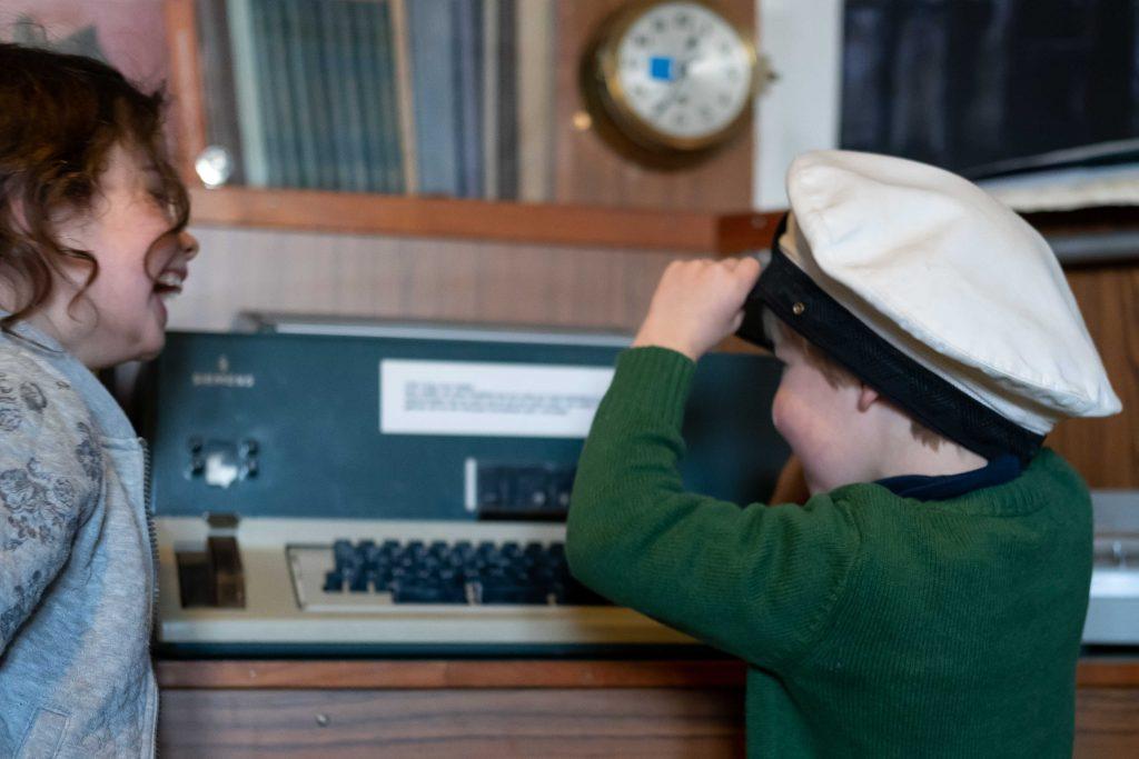 Meisje en jongetje met kapiteinspet museum IJmuiden
