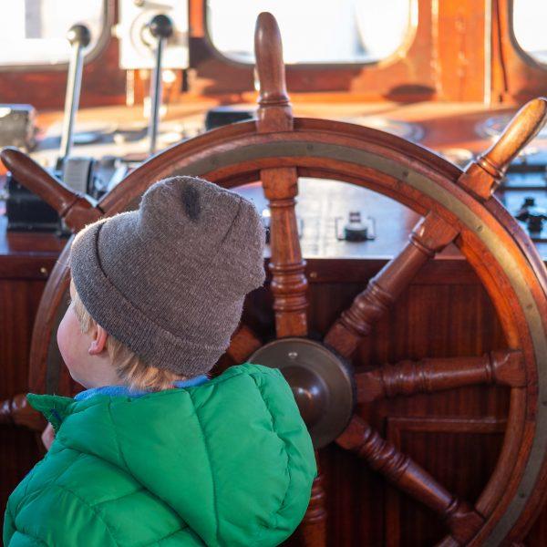 Jongetje aan het roer IJmuider Zee- en Havenmuseum