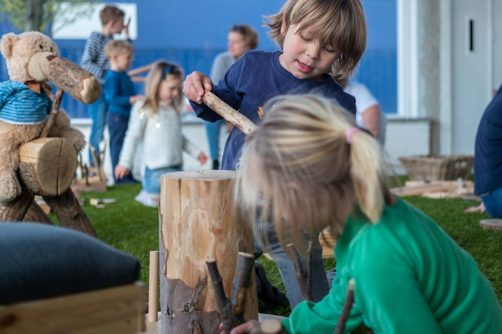 Kinderen spelen met hout in Black Cat Café