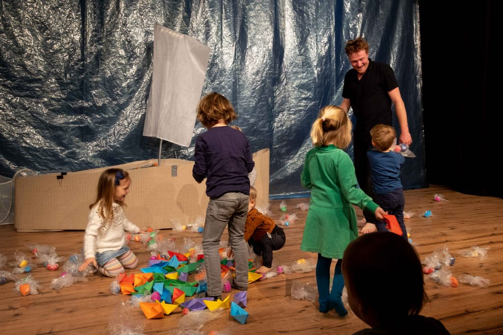 Kinderen en acteur op podium Black Cat Theatre
