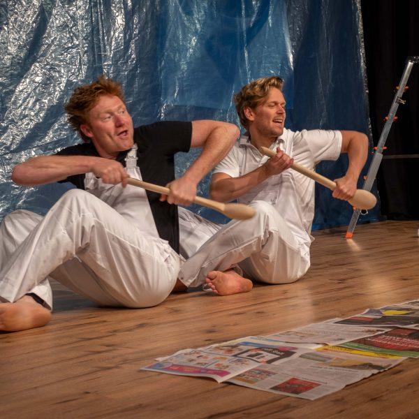 Twee acteurs in denkbeeldige boot