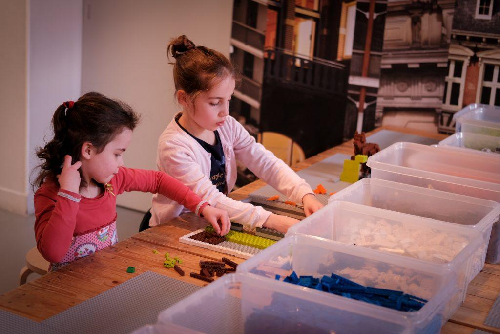 Twee meisjes bouwen met LEGO