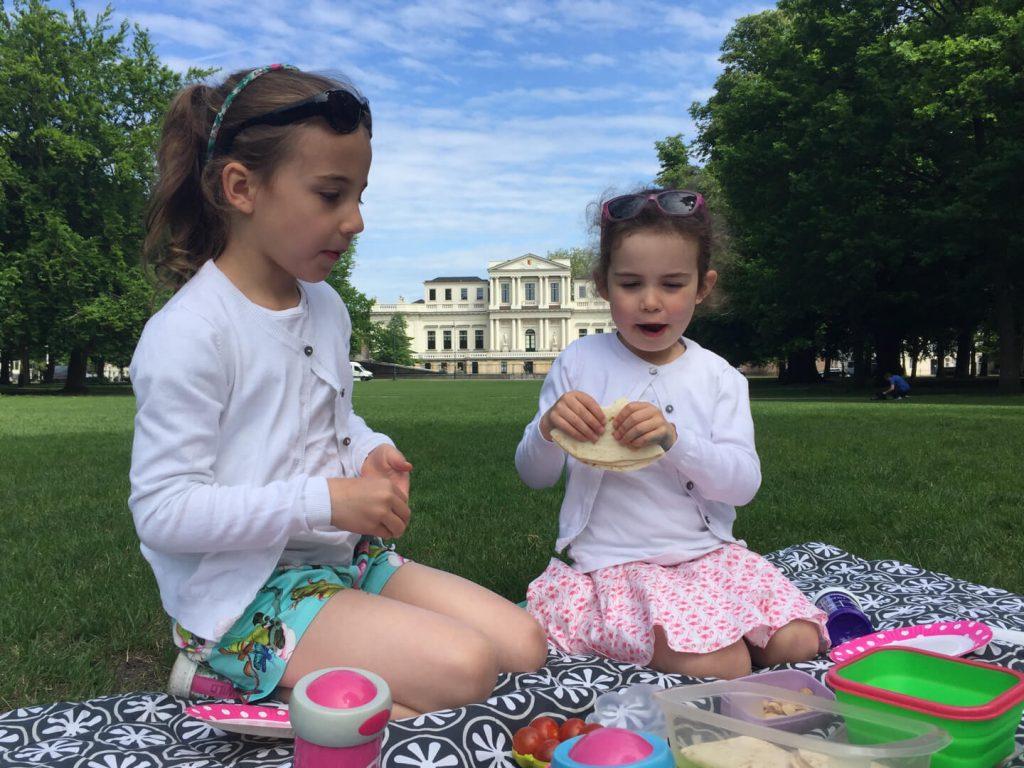 Meisjes aan het picknicken in de Haarlemmerhout