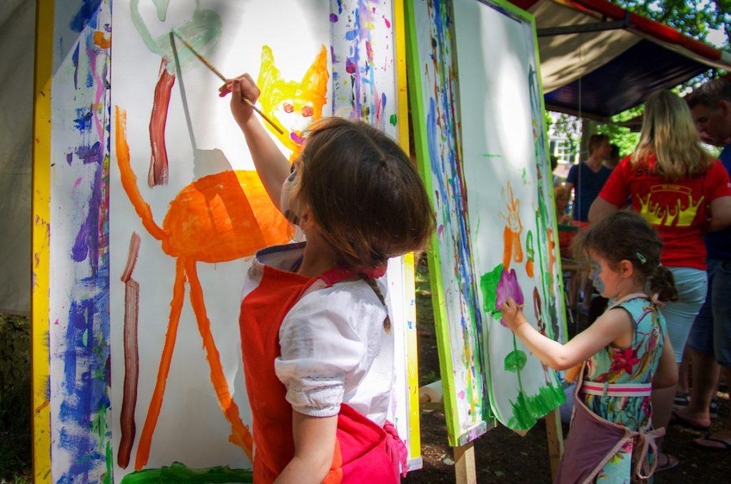 Kinderen schilderen op Houtfestival