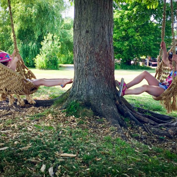 Meisjes in schommelstoel Buitenplaats Plantage Vogelenzang