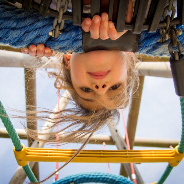 Meisje in speeltuin Floragaarde Haarlem