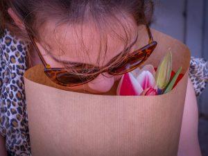 Meisje ruikt aan tulpen Annemiekes Pluktuin