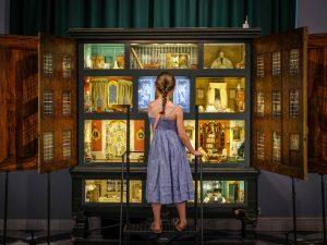 Meisje voor Poppenhuis in Frans Hals Museum locatie Hof