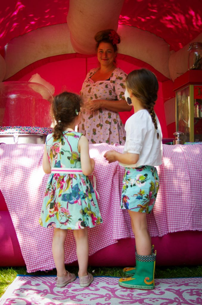 Twee meisjes bij een kraam op festival in Haarlem