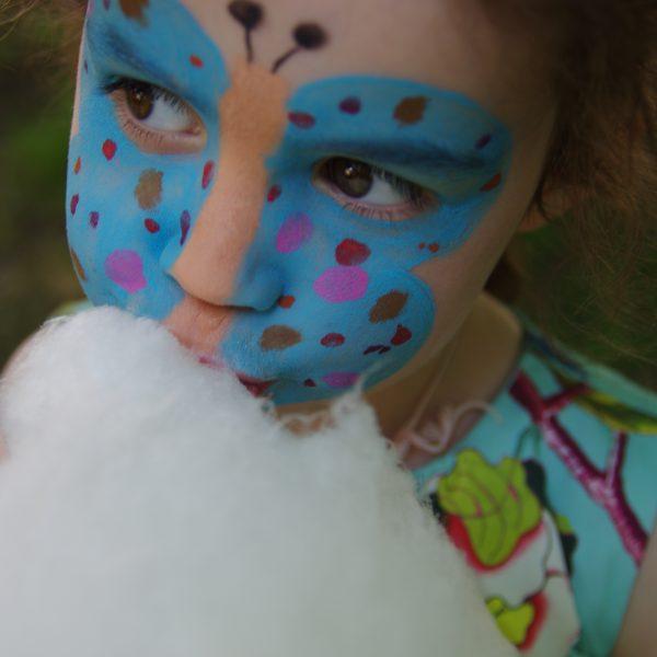 Meisje met schmink en suikerspin op Houtfestival