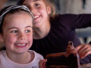 Meisjes met chocoladetaart