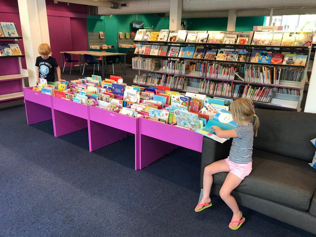 Kinderen in bibliotheek Planetenlaan Haarlem
