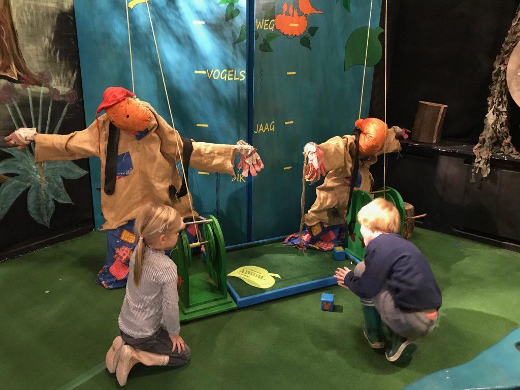 Kinderen spelen spel in Pieter Vermeulen Museum