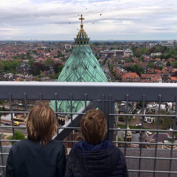 Kinderen bovenop Nieuwe Bavo Haarlem