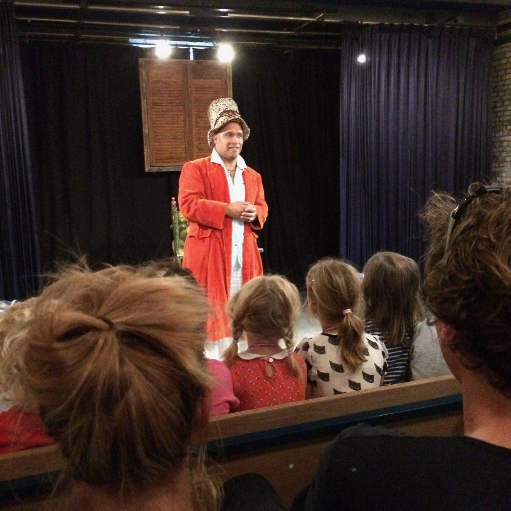 Wijnand Stomp vertelt een verhaal in Theater Elswout