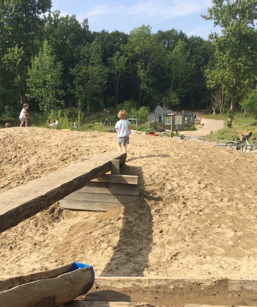 Spelen in het zand bij Kennemerduinen