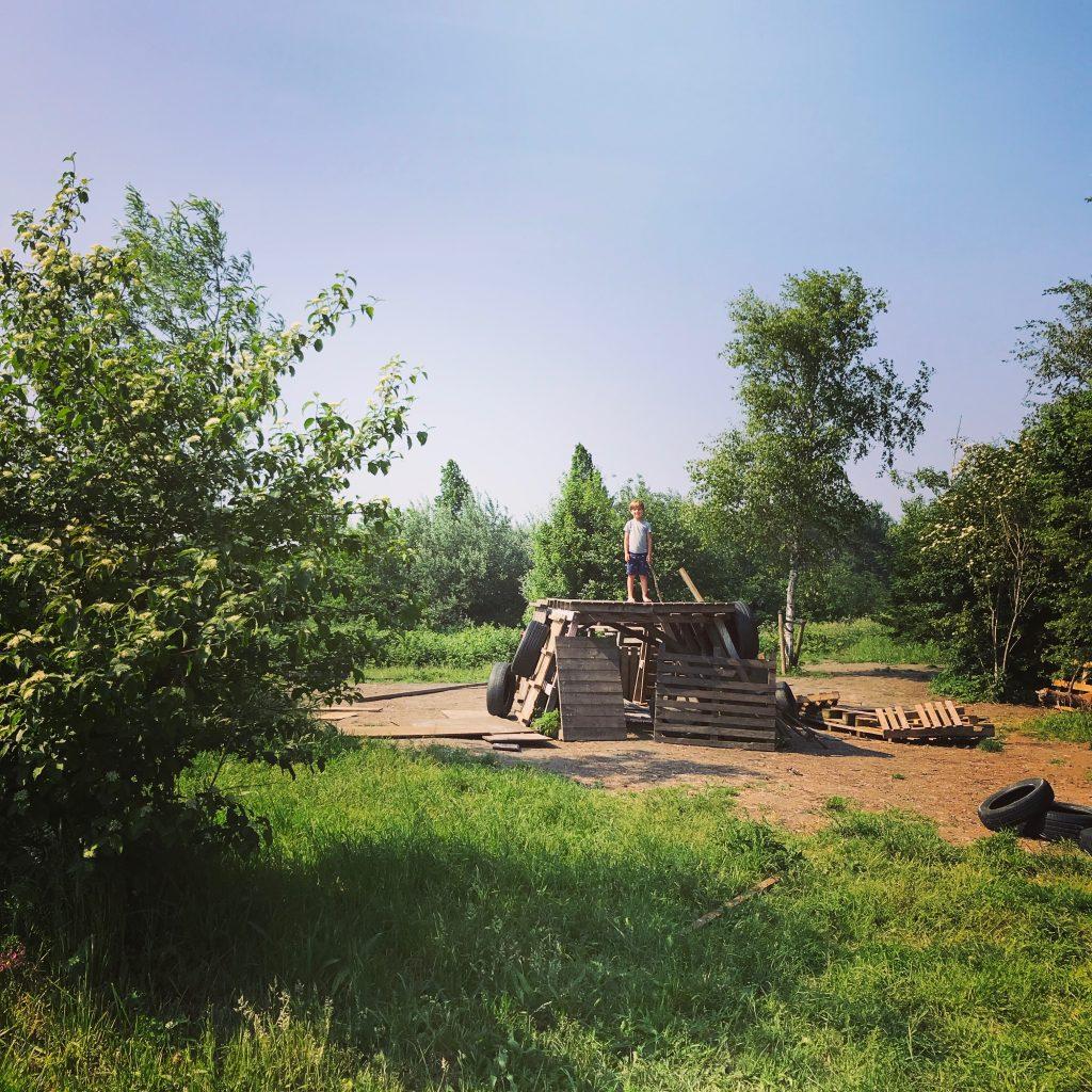 Hutten bouwen met pallets bij Natuur Speeleiland