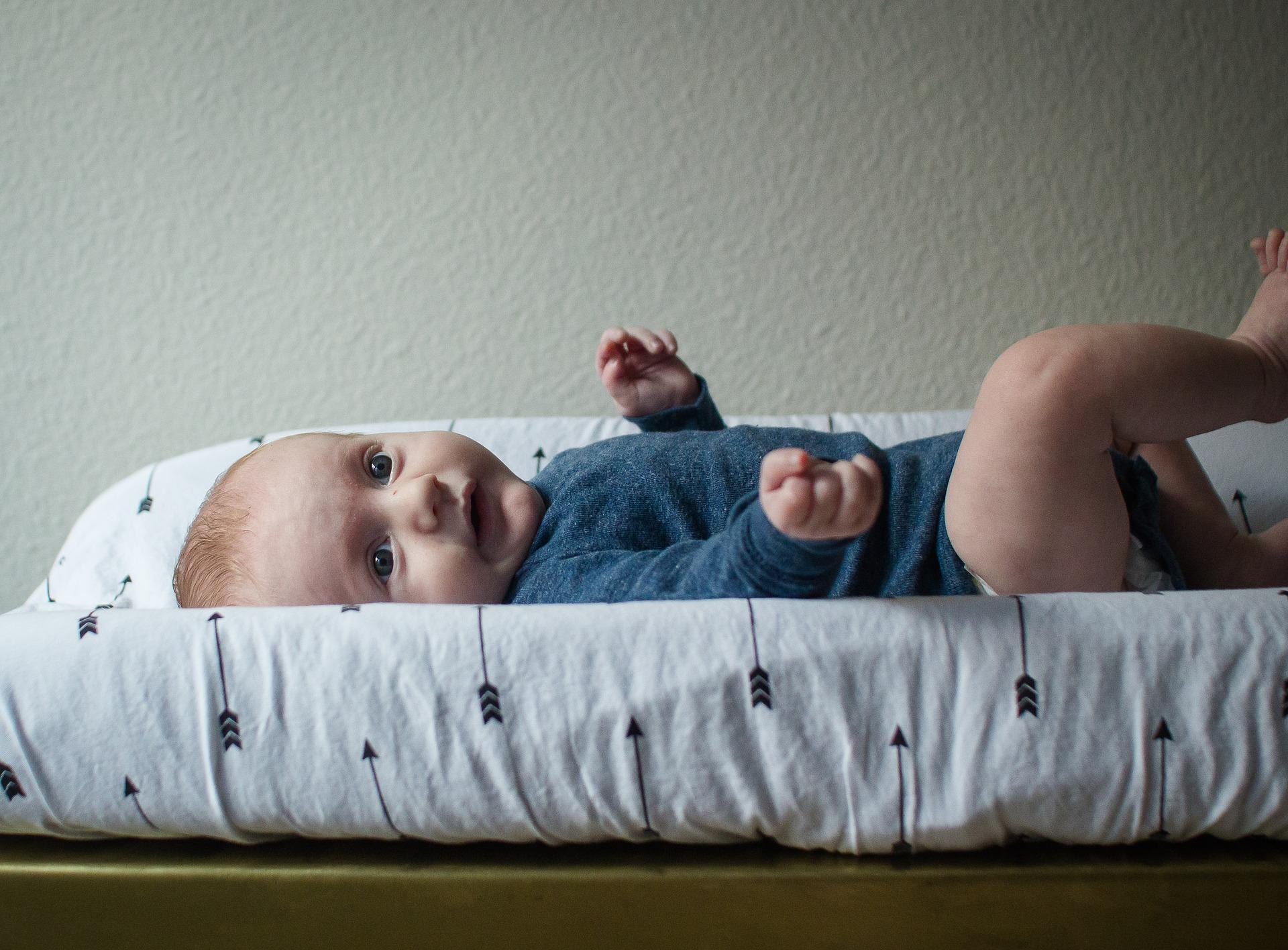 Baby op verschoonkussen