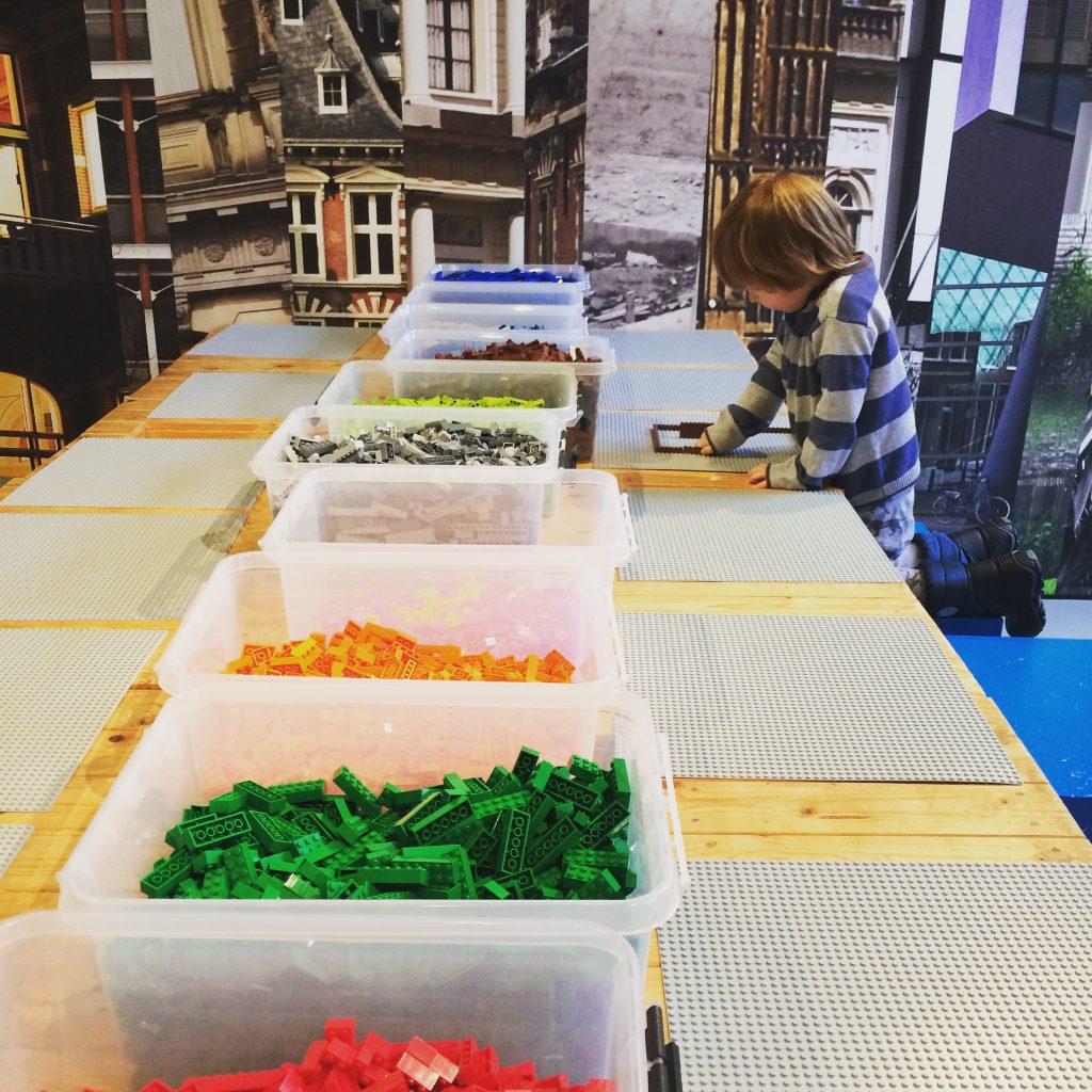 Kind speelt met LEGO in ABC Architectuurcentrum