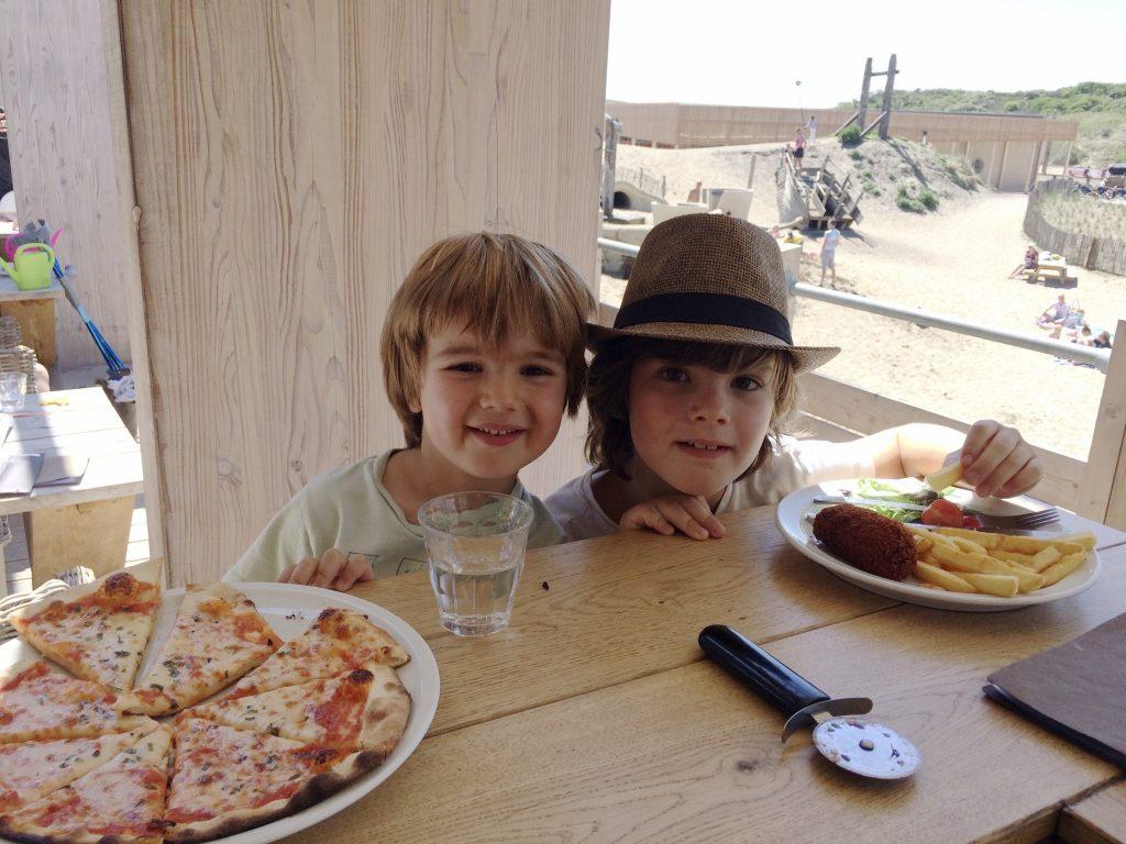 Kinderen eten aan de bar bij Gestrand
