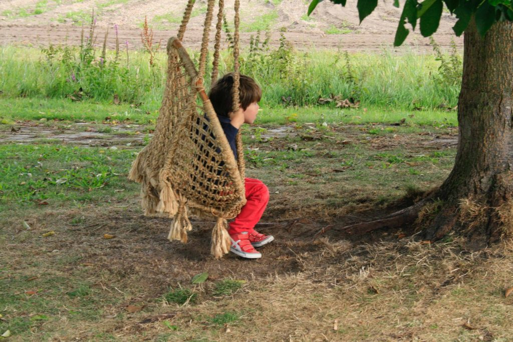 Buitenplaats Plantage kind in schommel