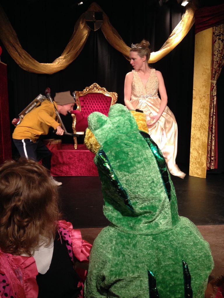 Verklede kinderen kijken naar theater Toverknol