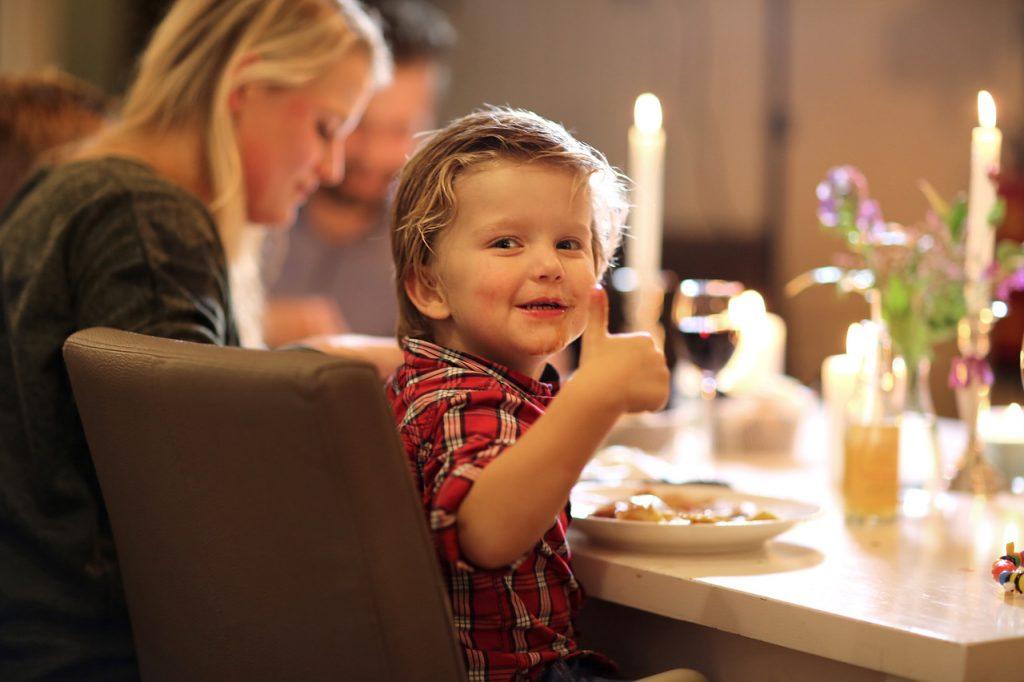Jongetje eet pannenkoeken bij Peper's