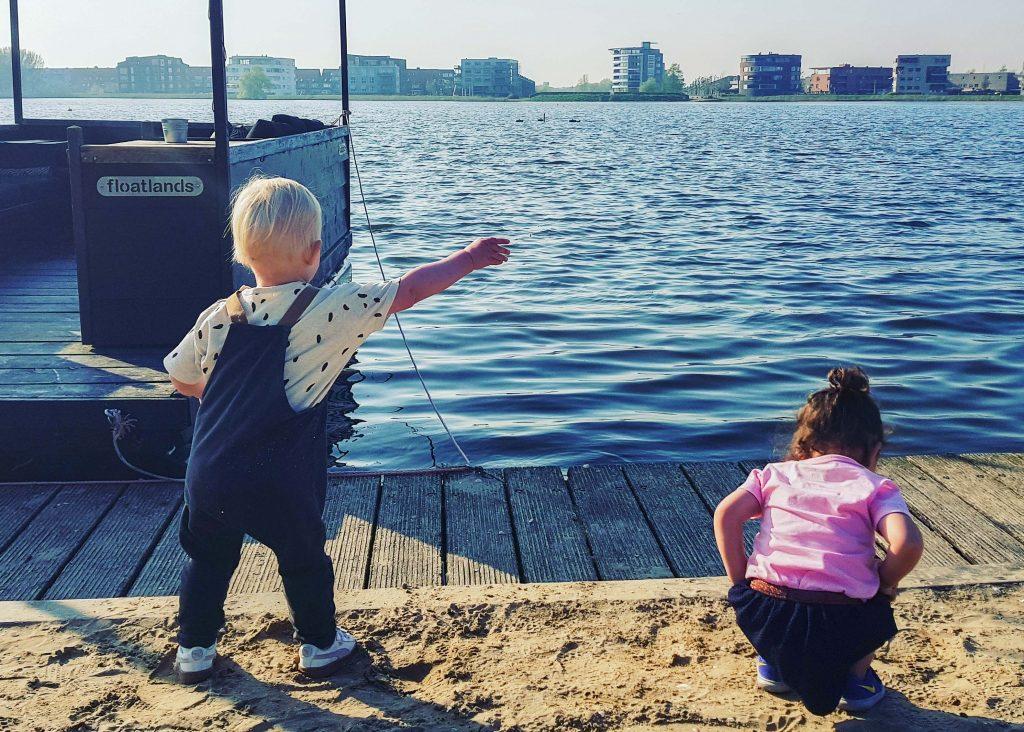 Twee kinderen aan het water bij Villa Westend