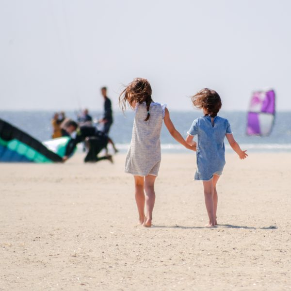 Twee meisjes op de Zuidpier IJmuiden